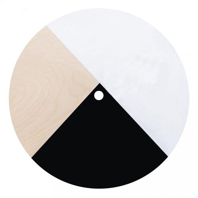 Eine runde Holzlatte in schwarz-weiß-natur.