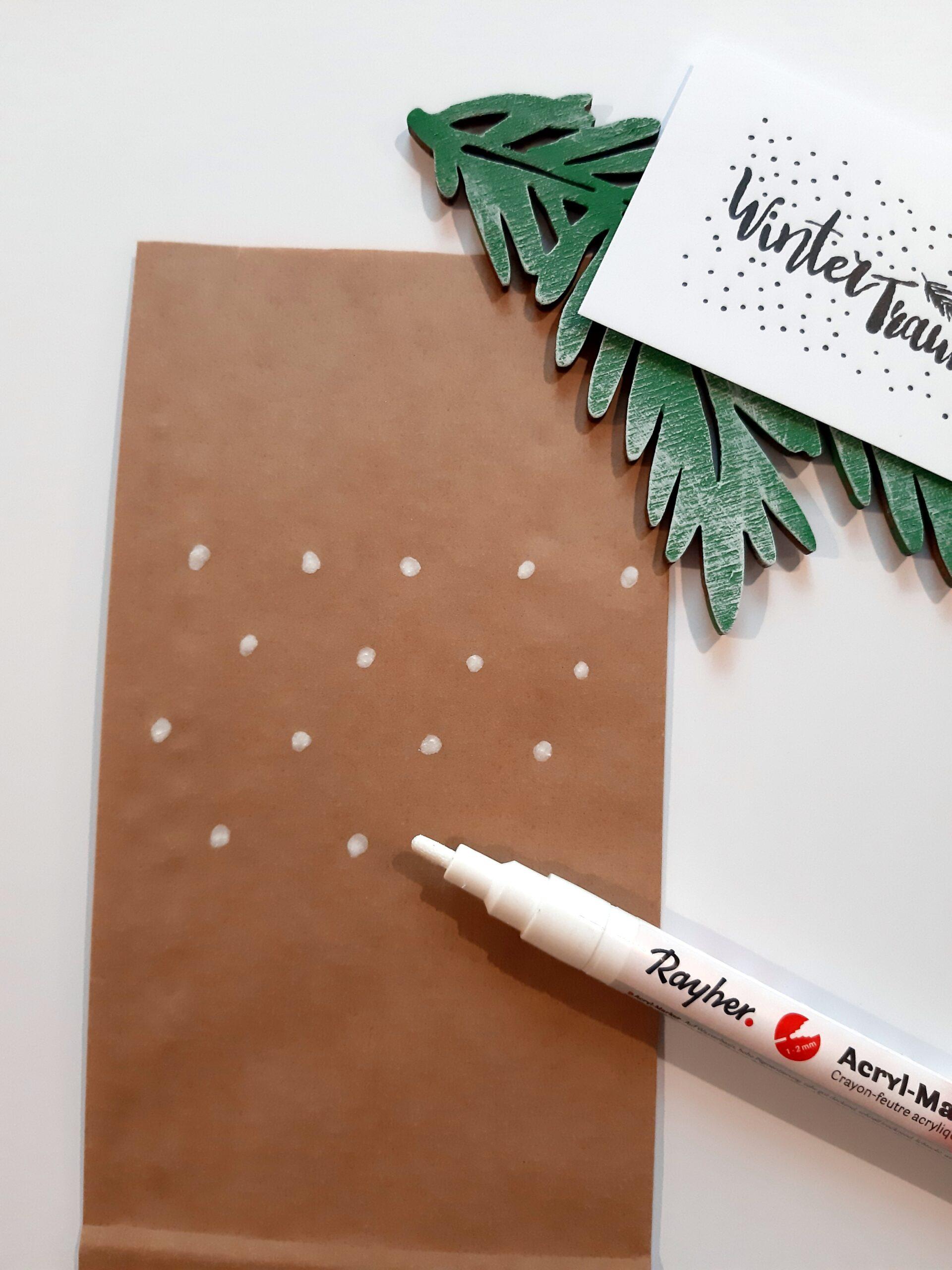 Braune Papiertüte mit weißen Punkten.