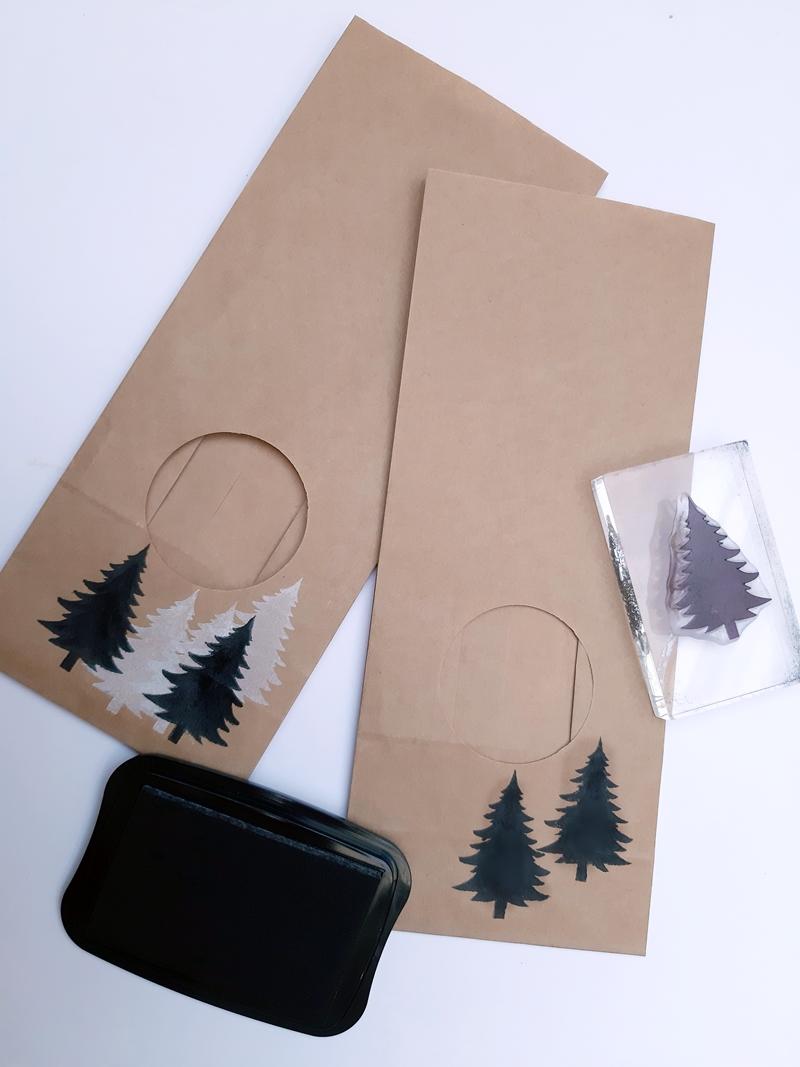 Stempelabdruck von Tannen auf 2 Papiertüten.