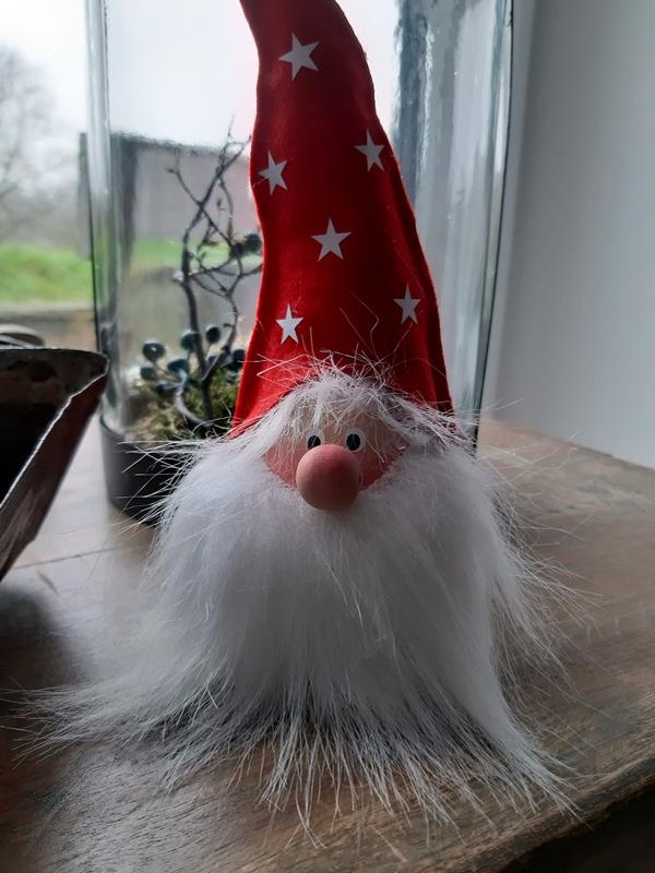 Ein Weihnachtswichtel aus Holz und Filz.