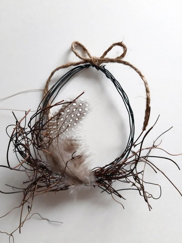 Deko-Ei aus Draht mit Federn