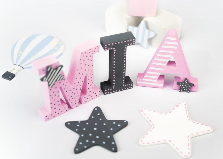 Bemalte Buchstaben und Sterne fürs Kinderzimmer