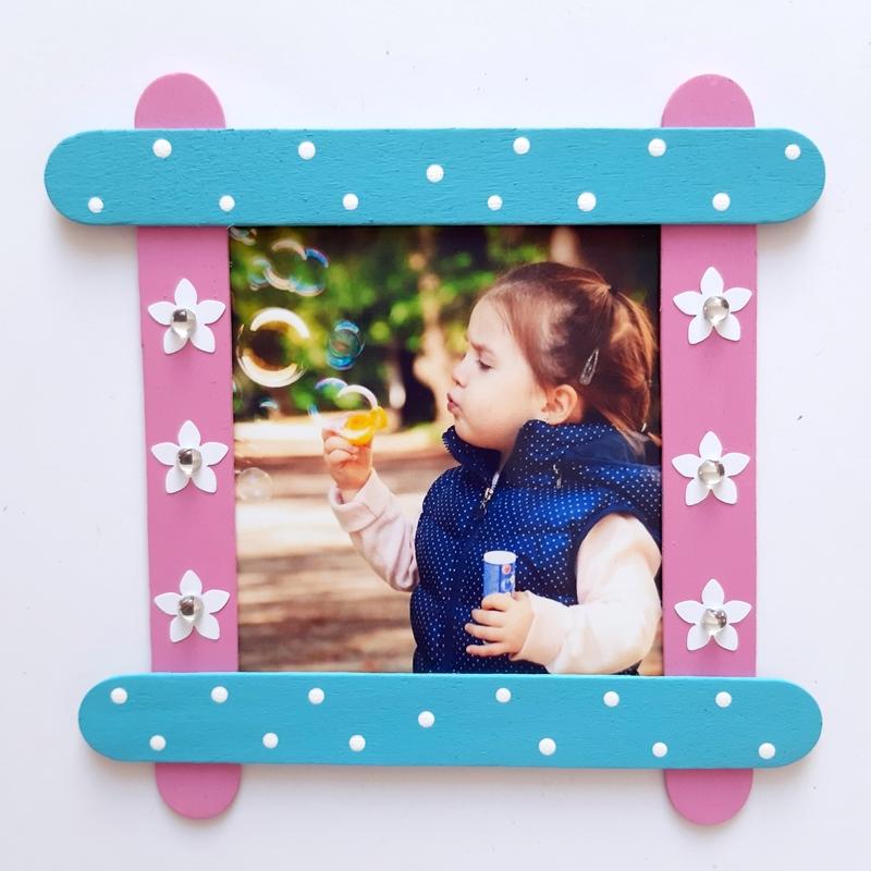 Bilderrahmen aus Bastelhölzern mit Foto eines Mädchens