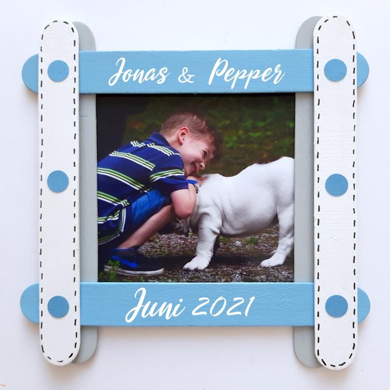 Bilderrahmen aus Bastelhölzern mit Foto eines Jungen mit Hund