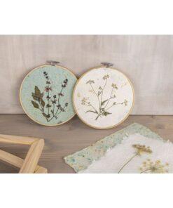 Stickrahmen mit Naturpapier und gepressten Blumen