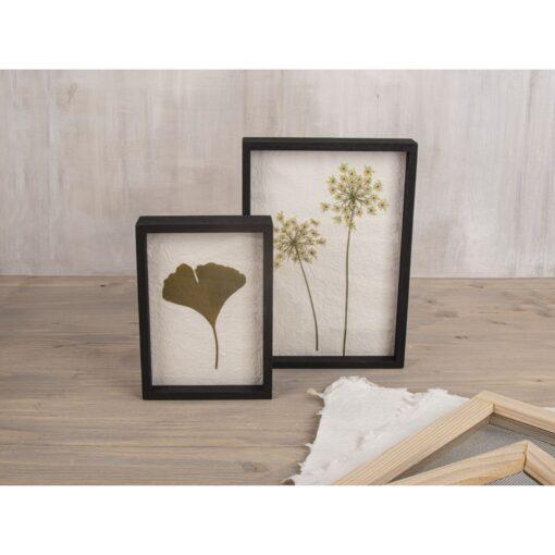 Bilderrahmen mit Naturpapier und gepressten Blumen