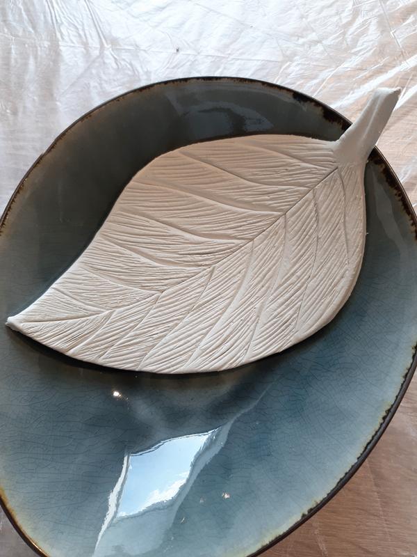 Blatt aus Modelliermasse trocknet in einer Schale