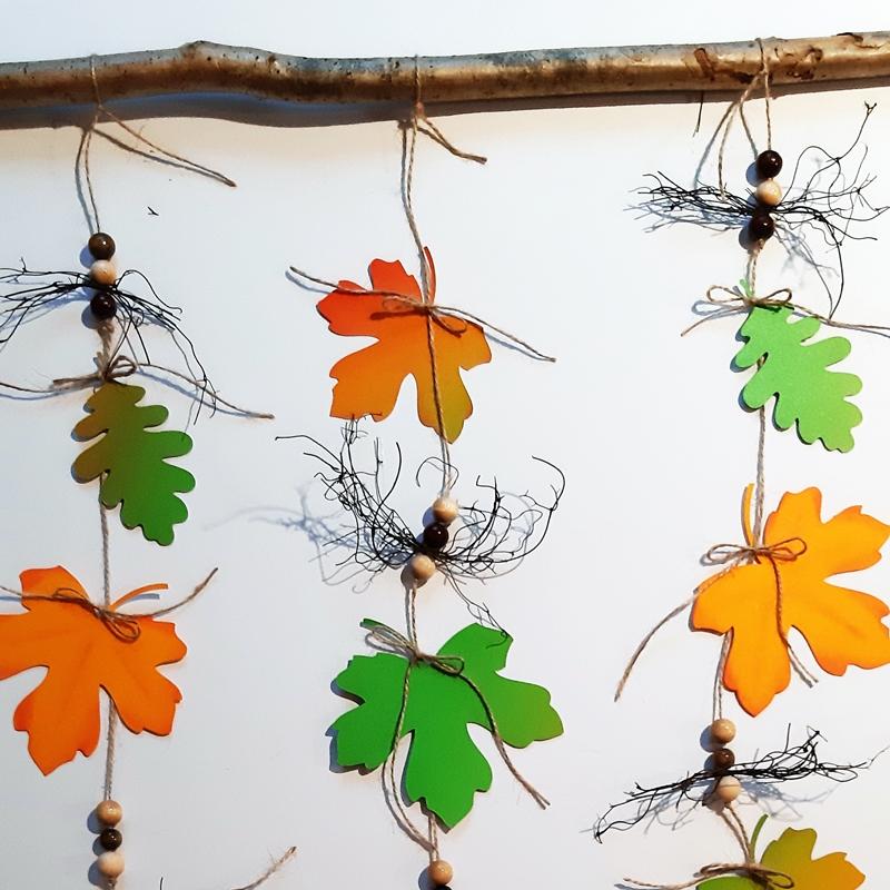 Blätterketten mit Dekoperlen in Herbstfarben aus Bastelpapier