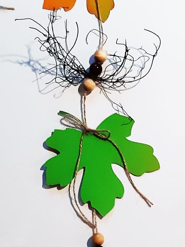 Ahornblatt in Grün mit Dekoperlen